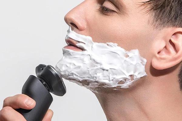 Dùng máy cạo râu giúp việc cạo râu nhanh chóng, tiện lợi hơn