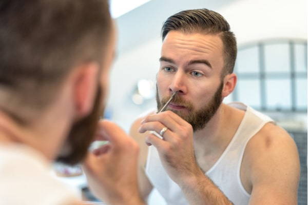 Dùng máy tỉa lông mũi rất an toàn, không sợ chảy máu như dùng kéo