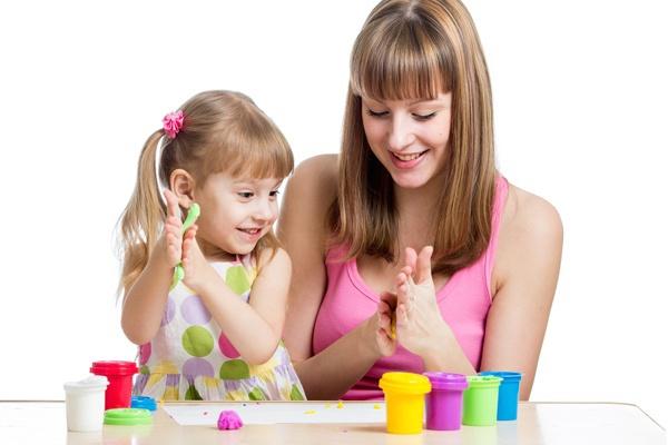Ba mẹ nên bỏ chút thời gian vui chơi với bé mỗi ngày