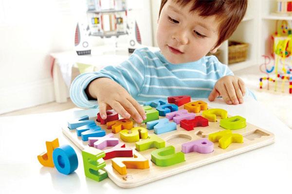 Cha mẹ nên dành thời gian để hướng dẫn cho bé chơi đồ chơi bằng gỗ