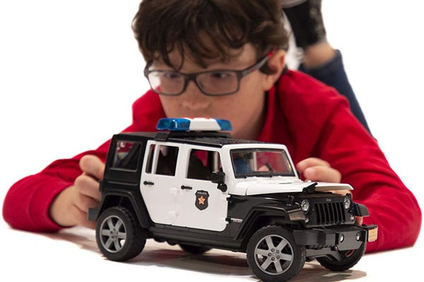 Khi chọn mua ô tô đồ chơi cho trẻ, cha mẹ nên để ý đến độ tổi và tính cách của trẻ