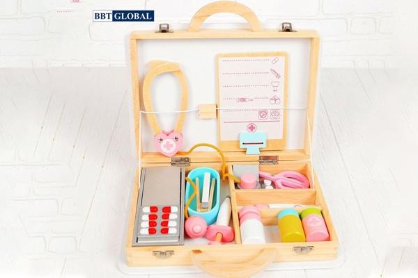 Đồ chơi bác sĩ BBT Global được thiết kế với hộp đựng bằng gỗ
