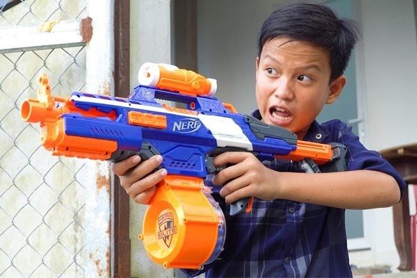 Khi chọn mua súng đồ chơi cho trẻ mẹ nên chú ý đến độ tuổi và sở thích của từng bé