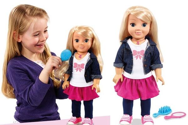 Khi chọn mua búp bê đồ chơi cho bé mẹ nên chú ý đến độ tuổi và tính cách của bé