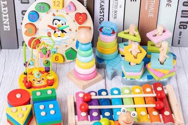Đồ chơi gỗ hiểu đơn giản là những sản phẩm đồ chơi được làm từ vật liệu chính là gỗ