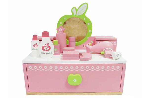 Đồ chơi trang điểm là bộ đồ chơi mô phỏng lại các vật dụng dùng để trang điểm của bạn gái