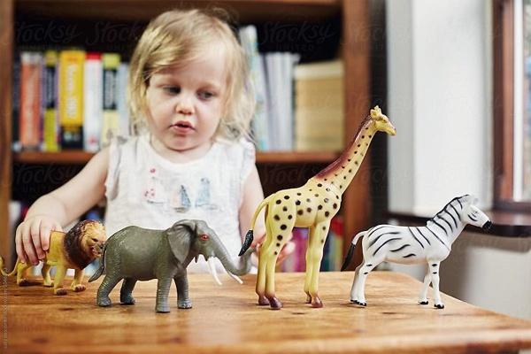 Đồ chơi con vật là một cách giúp bé hỏi học thêm thế giới xung quanh