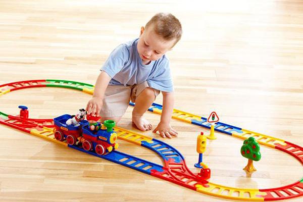 Đồ chơi tàu hỏa giúp bé luôn vận động từ đó nhằm tăng cường sức khỏe thể chất cho trẻ