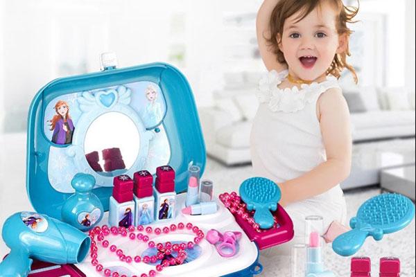 Mẹ nên dành thời gian chơi cùng bé và hướng dẫn bé công dụng của từng món đồ trang điểm