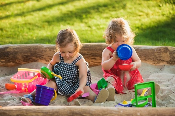 Một số lưu ý các bậc phụ huynh cần biết khi cho con trẻ sử dụng đồ chơi xúc cát