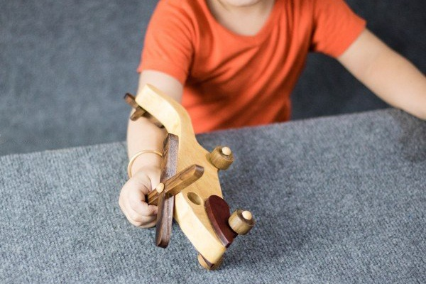 Máy bay trực thăng bằng gỗ an toàn cho bé khi vui chơi
