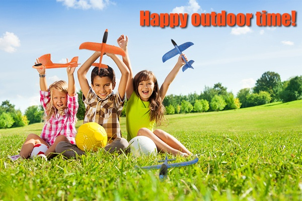 Máy bay xốp phi tay giúp các bé thỏa thích vui chơi ngoài trời