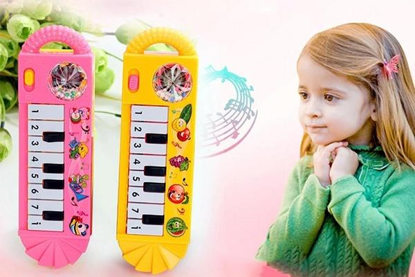 Khi chọn mua đồ chơi âm nhạc mẹ nên chú ý đến độ tuổi và sở thích của trẻ