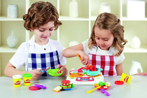 Cha mẹ nên chọn bộ đồ chơi nấu ăn phù hợp với độ tuổi của bé