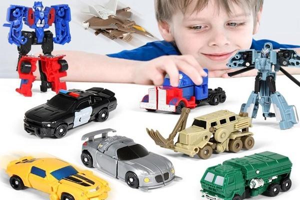 Mẹ nên chú ý đến màu sắc và sở thích của bé khi chọn mua xe robot biến hình