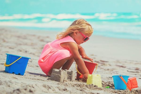 Đồ chơi xúc cát giúp bé vận động nhằm tăng cường sức khỏe